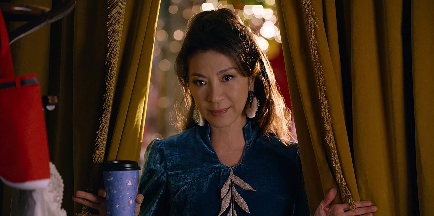 Last Christmas: una scena del film con Michelle Yeoh