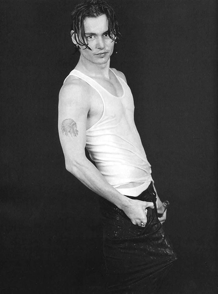 Johnny Depp sexy, in canotta, negli anni '90