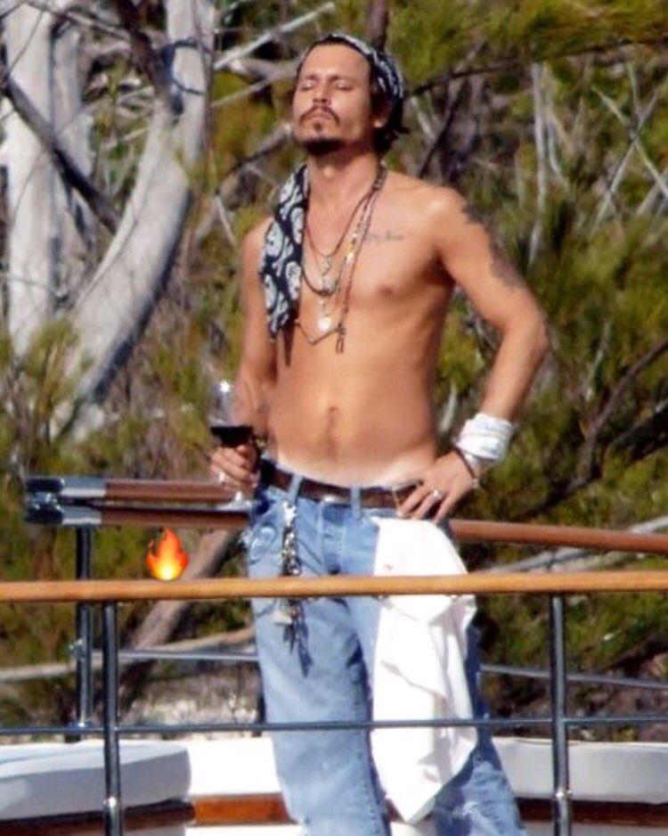 Johnny Depp, abbronzatissimo, prende il sole a petto nudo