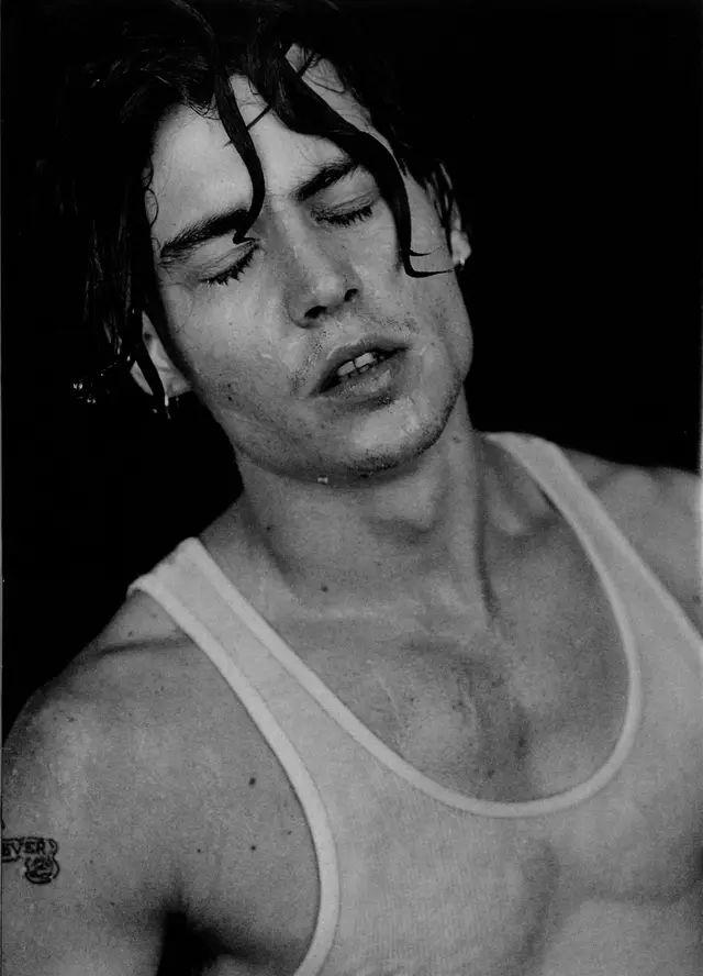 Johnny Depp:  sexy e bagnato in una foto degli anni '90