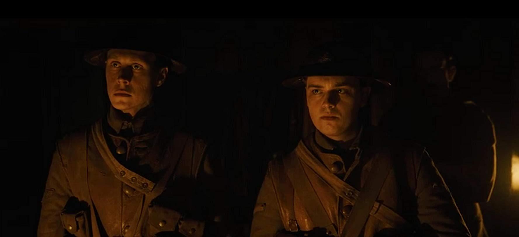 1917: una scena del film con George MacKay, Dean-Charles Chapman