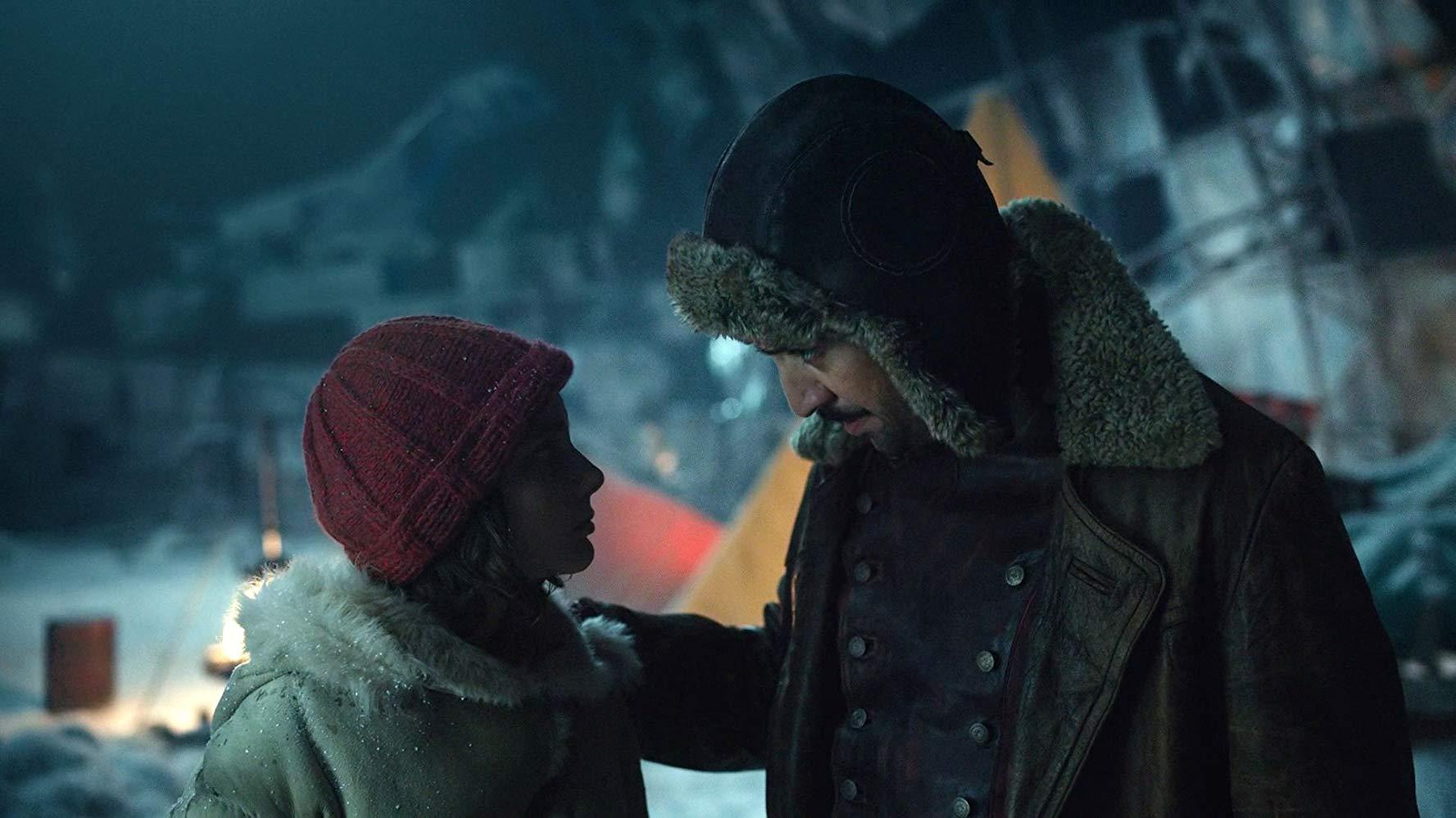 Queste oscure materie: Lin-Manuel Miranda e Dafne Keen in una scena del quinto episodio