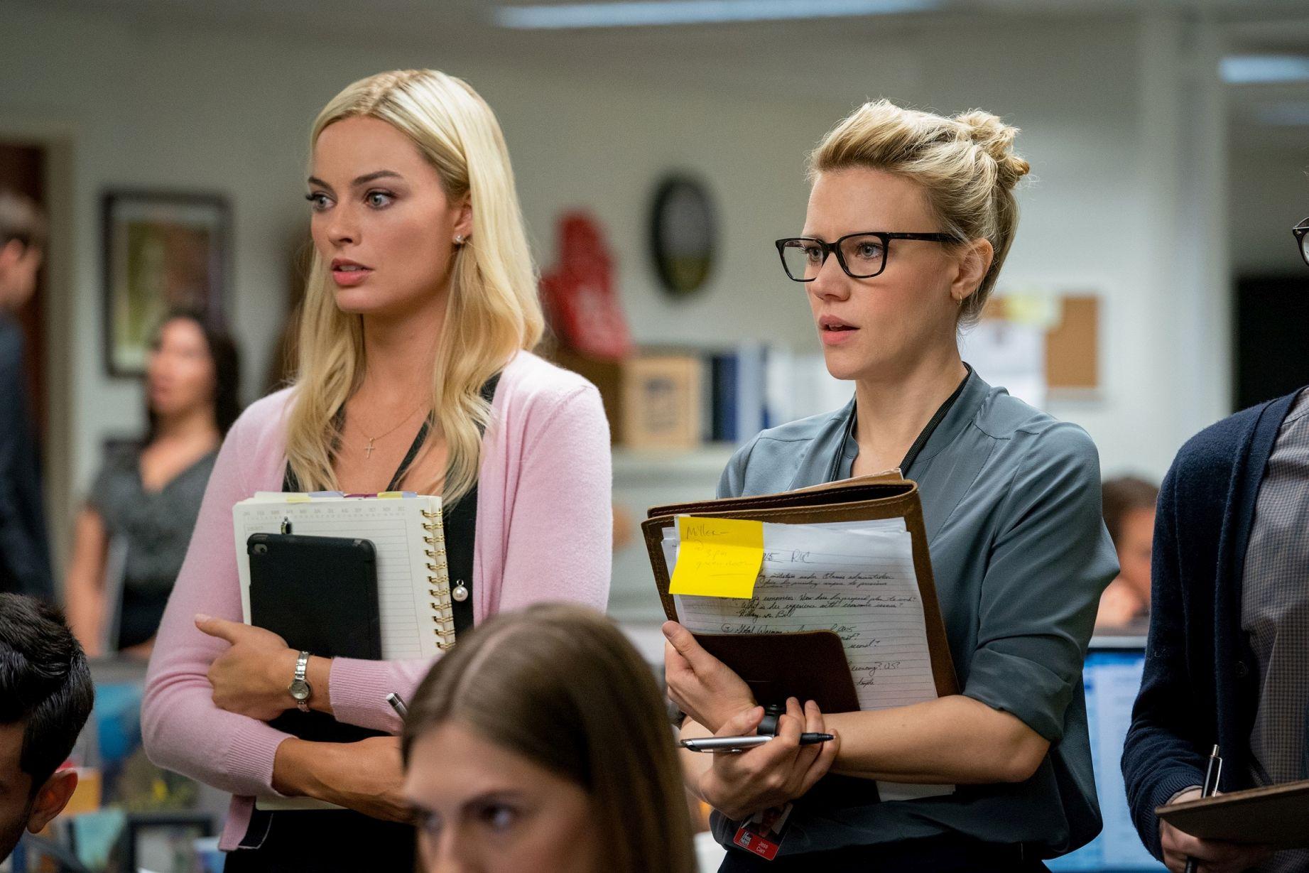 Bombshell - La voce dello scandalo: Kate McKinnon, Margot Robbie in una scena del film