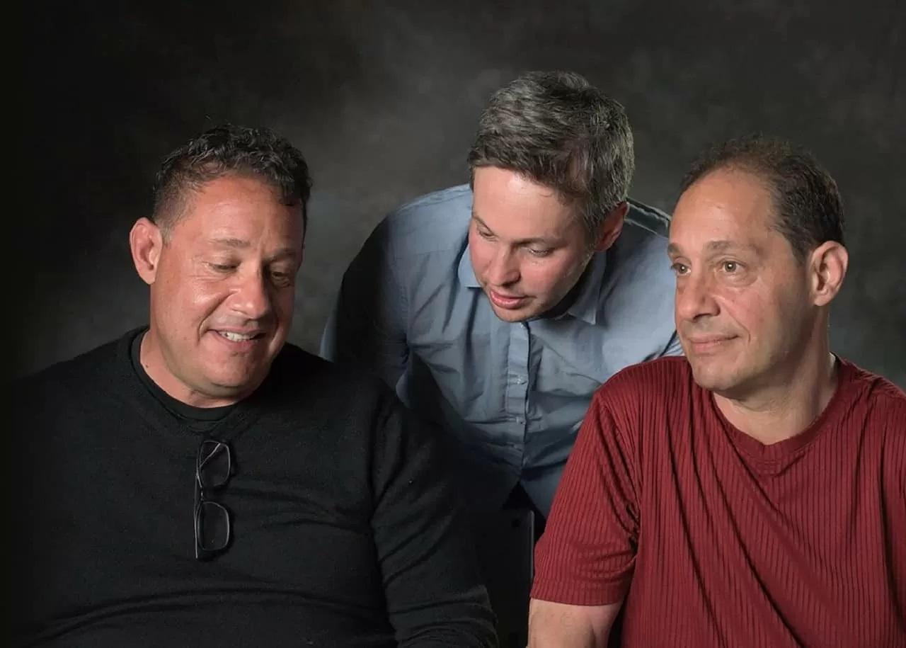 Three Identical Strangers: una scena del film