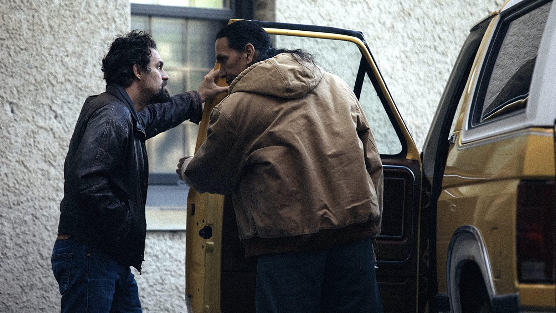 I Know this Much is True: Michael Greyeyes e Mark Ruffalo in una scena