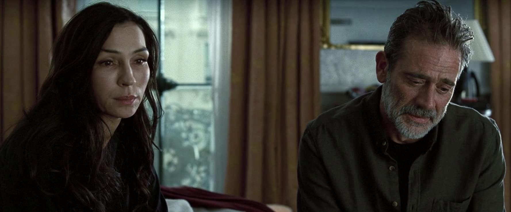 The Postcard Killings: Famke Janssen, Jeffrey Dean Morgan in una scena del film