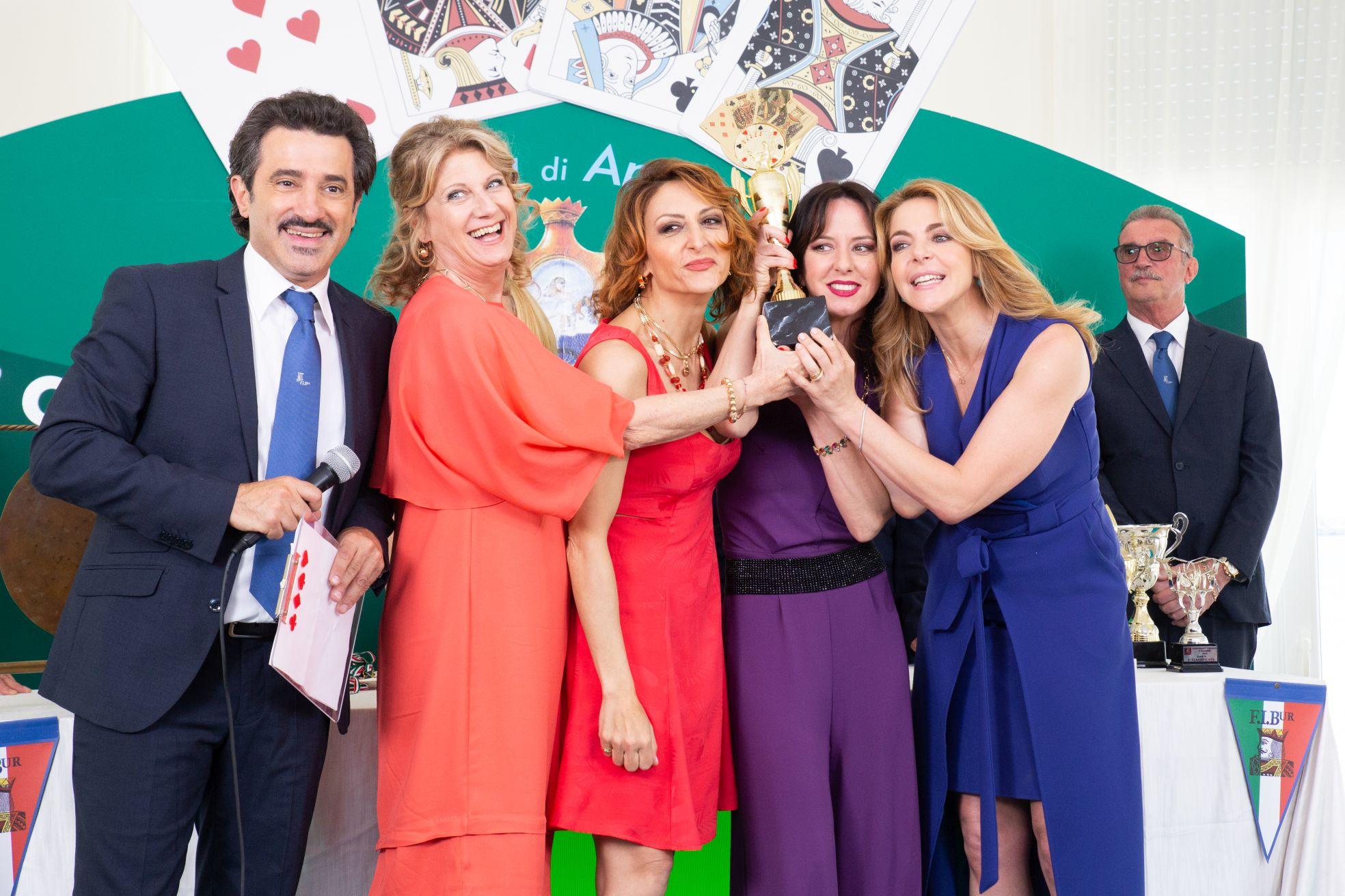 Burraco Fatale: il cast in una scena del film