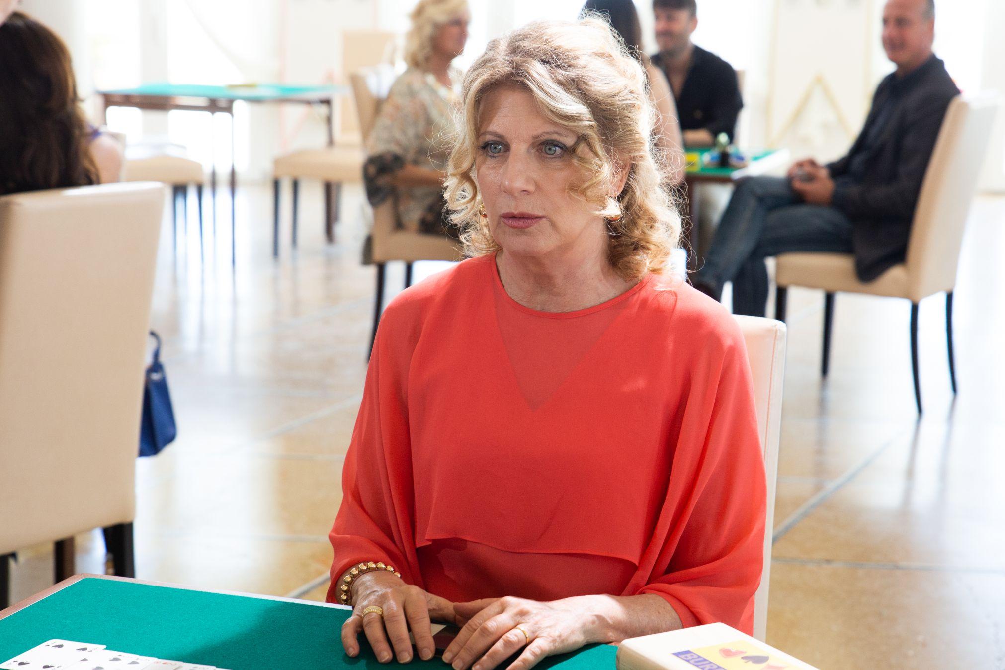 Burraco Fatale: una scena del film con Angela Finocchiaro