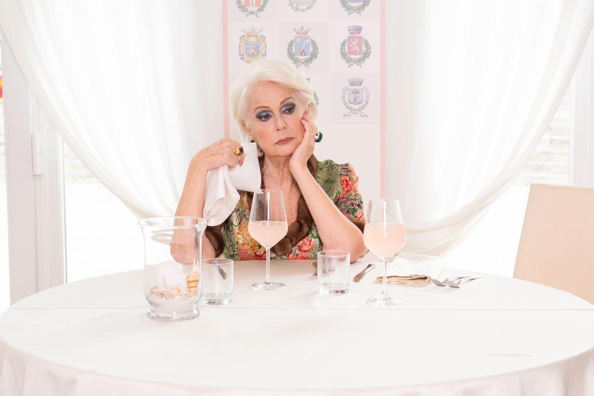 Burraco Fatale: Loretta Goggi durante una scena del film