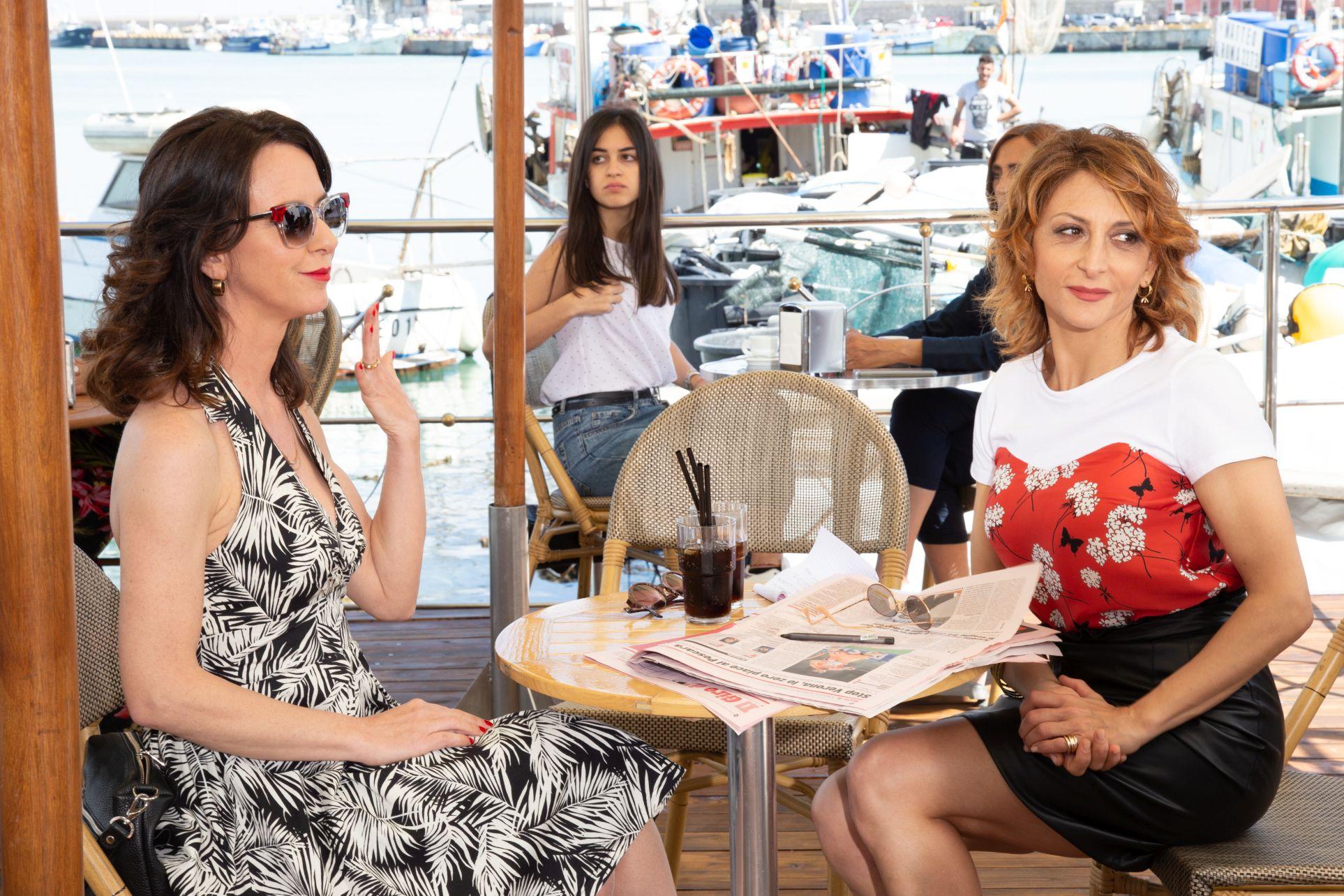 Burraco Fatale: Paola Minaccioni e Caterina Guzzanti in una scena del film