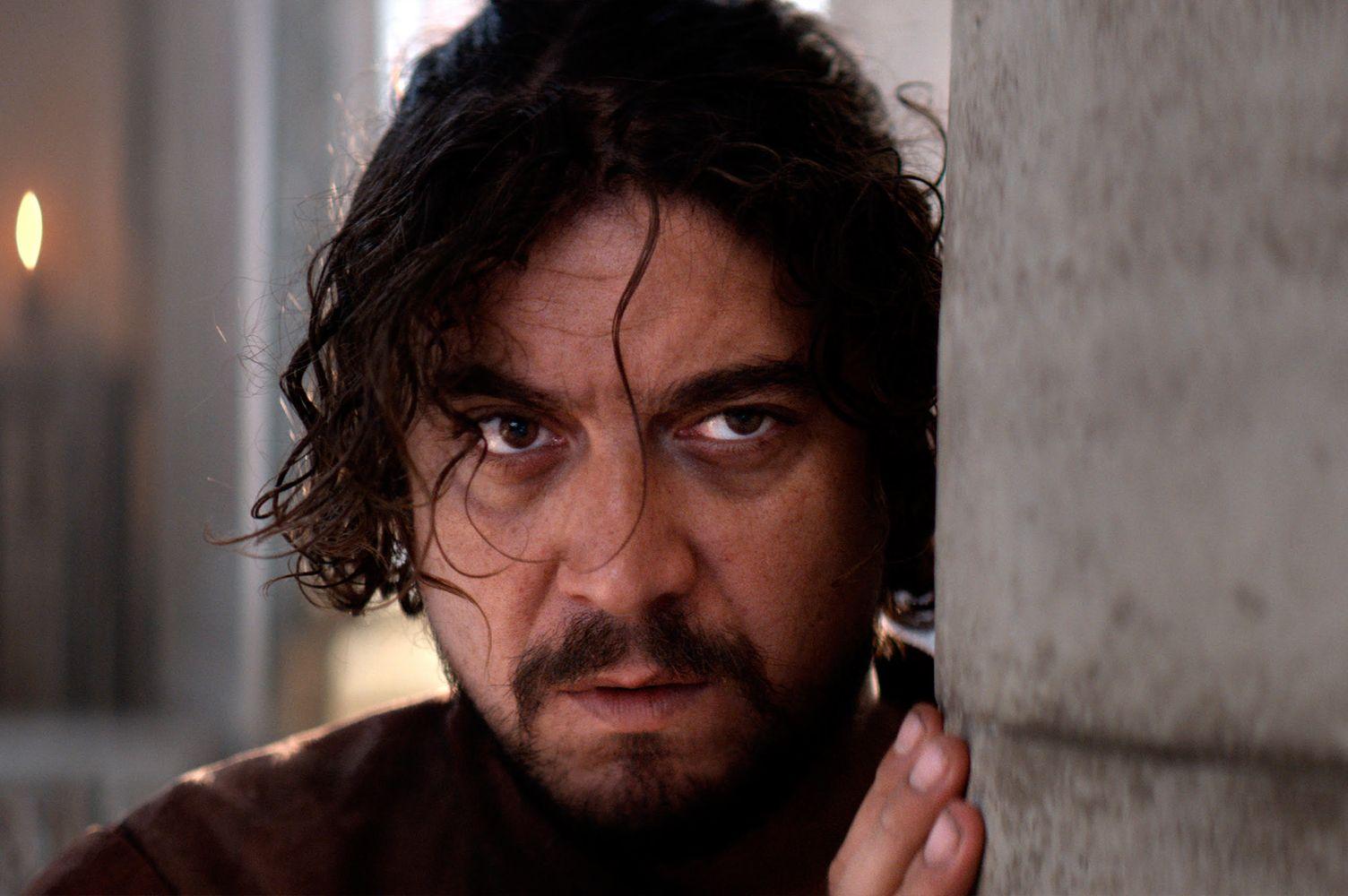L'ombra di Caravaggio: un primo piano di Riccardo Scamarcio