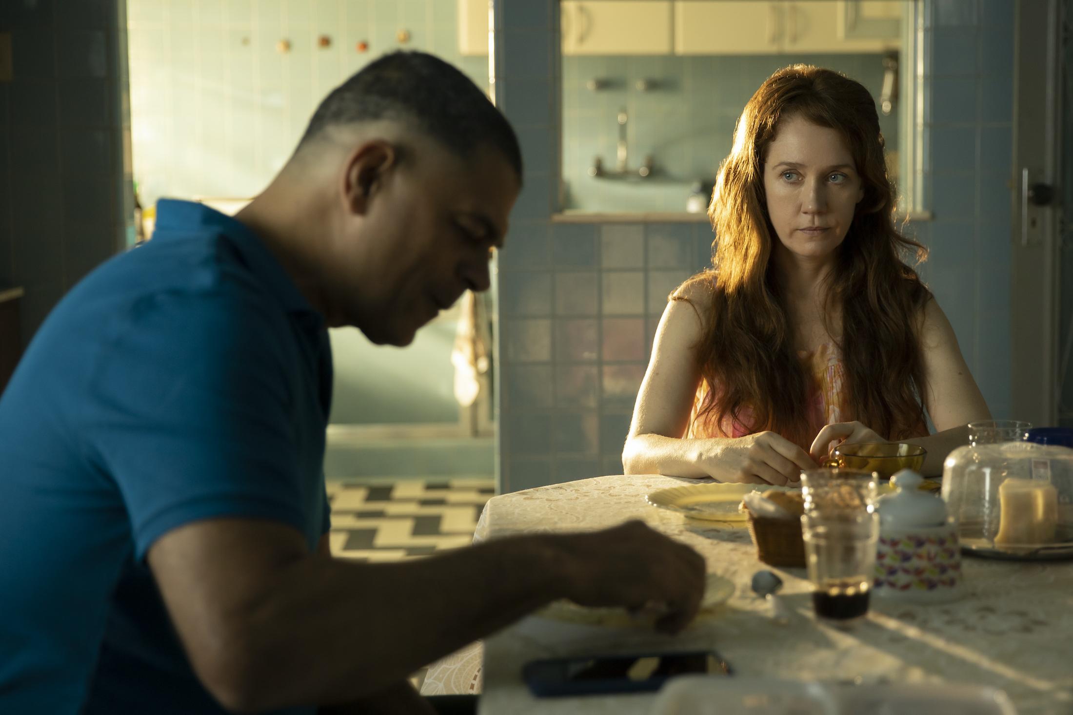 Buongiorno, Verônica: Eduardo Moscovis e Camila Morgado in una scena della serie
