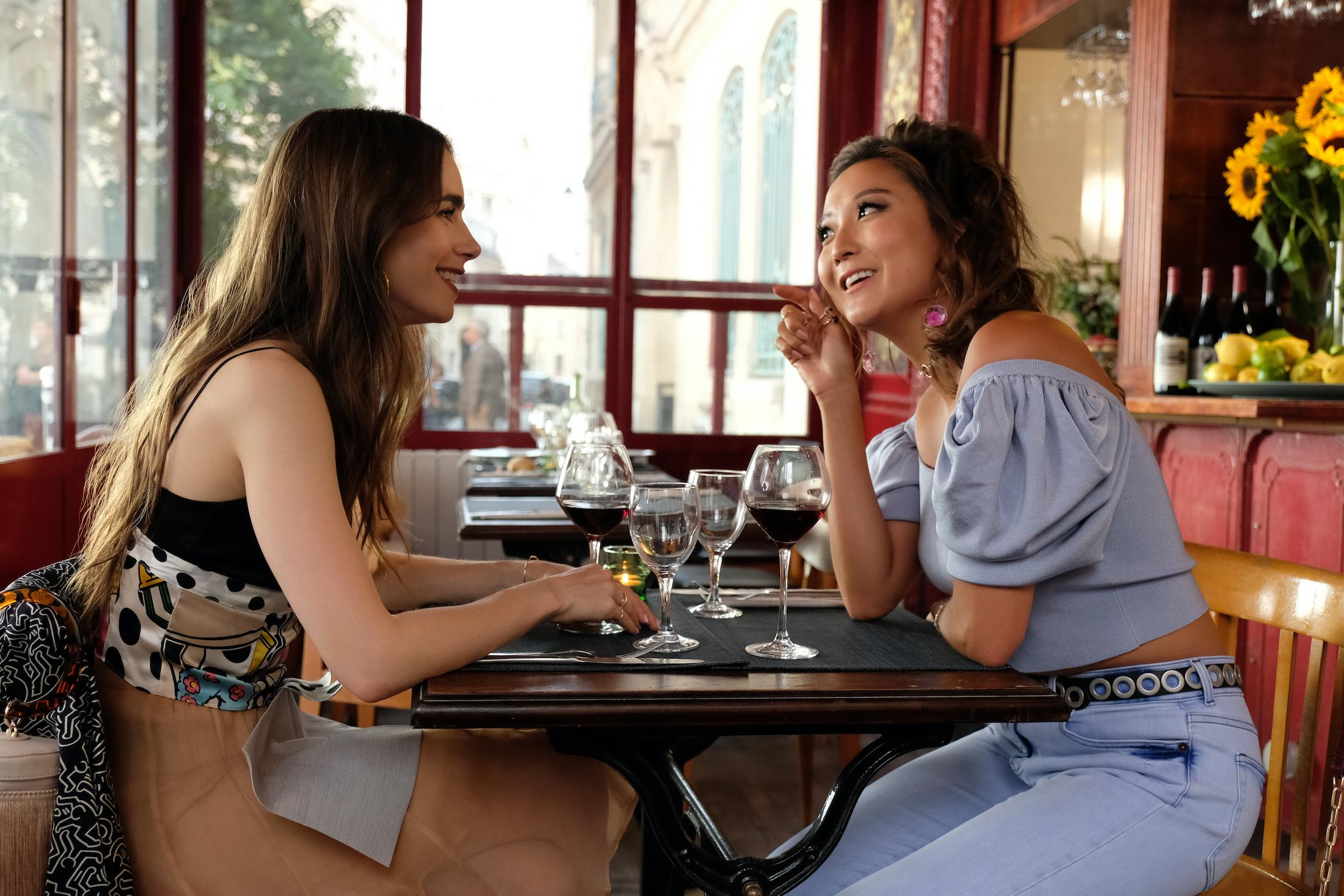 Emily in Paris: Lily Collins e Ashley Park nella serie Netflix