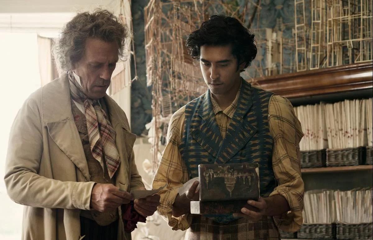 La vita straordinaria di David Copperfield: Dev Patel e  Hugh Laurie in una scena