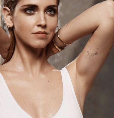 Chiara Ferragni mostra uno dei suoi tatuaggi