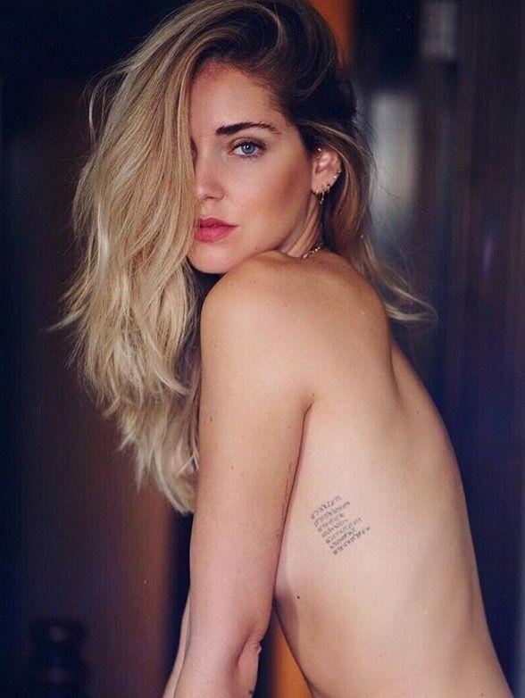 Una sensuale Chiara Ferragni mostre le scritte tatuate sul corpo