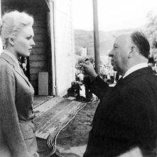 Alfred Hitchcock spiega una scena a Kim Novak sul set di La donna che visse due volte