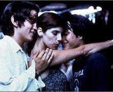 Gael Garcia Bernal, Diego Luna e Maribel Verdú in una scena di Y tu mamá también
