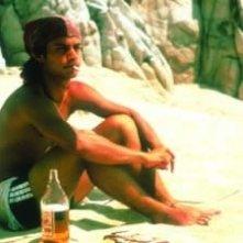 Gael Garcia Bernal sulla spiaggia in una scena di Y tu mamá también