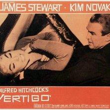 Kim Novak con James Stewart in una lobbycard promozionale per La donna che visse due volte