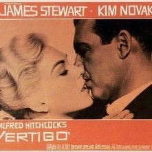 Kim Novak e James Stewart in una lobbycard promozionale per La donna che visse due volte