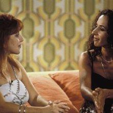Loles Leon intervista Rosario Flores in una scena di Parla con lei