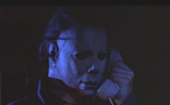 Nick Castle, che interpreta il serial killer Michael Myers, in una scena di Halloween - la notte delle streghe