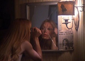 Sissy Spacek si trucca prima di andare al ballo in una scena di Carrie - Lo sguardo di Satana
