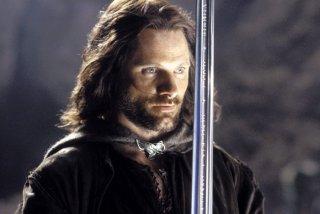 Viggo Mortensen, nei panni di Aragorn,  brandisce Anduril, la spada che fu spezzata ed è stata riforgiata per l'erede di Isildur.