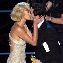 Adrien Brody consegna a Chalize Theron l'Oscar per la migliore attrice protagonista e viene adeguatamente ringraziato