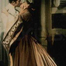 Alida Valli bacia appassionatamente Farley Granger in una scena di Senso