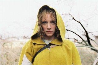 Bryce Howard in una scena del film The Village
