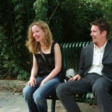 Ethn Hawke e Julie Delpy in una scena del film Prima del tramonto