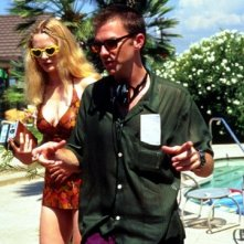 Heather Graham sul set del film Boogie Nights insieme al regista Paul Thomas Anderson