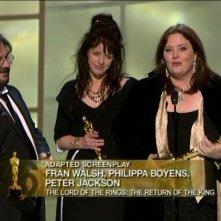 I tre sceneggiatori del film accettano l'Oscar per lo screenplay e Philippa Boyens ringrazia J.R.R Tolkien