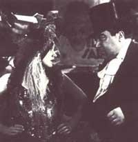 Marlene Dietrich con Kurt Gerron in una scena de L'angelo azzurro