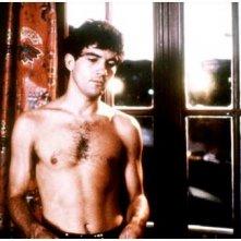 Un sexy Antonio Banderas in una scena de La legge del desiderio