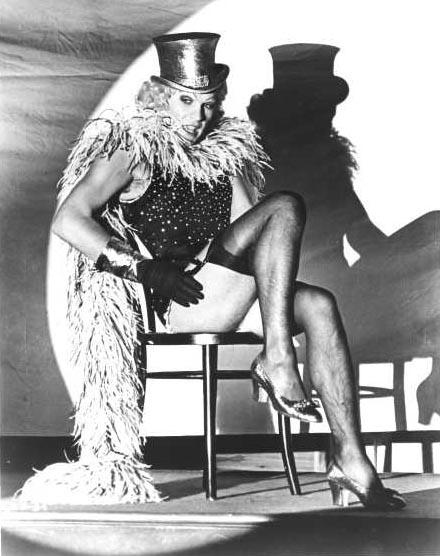 Helmut Berger In Una Scena De La Caduta Degli Dei Imita Marlene Dietrich Ne L Angelo Azzurro 271