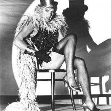 Helmut Berger in una scena de La caduta degli dei, imita Marlene Dietrich ne L'angelo azzurro