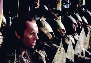 Hugo Weaving è Re Elrond nel prologo de La compagnia dell'anello