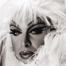 Un primo piano glamour di Divine, firmato Greg Gorman