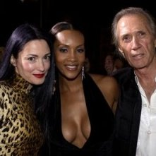 Julie Dreyfus, Vivica A. Fox e David Carradine alla prima di Kill Bill Vol. 1 a Los Angeles