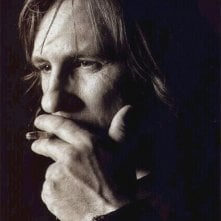 Un intenso primo piano di Gerard Depardieu in uno scatto di Greg Gorman