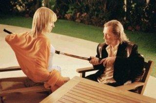 Il confronto finale tra David Carradine e Uma Thurman in una scena del film Kill Bill: Volume 2