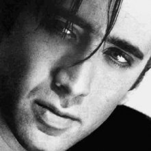 uno sguardo intenso di Nicolas Cage