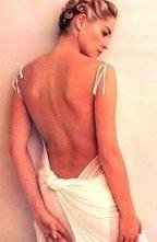 Sharon Stone fasciata in un abito bianco