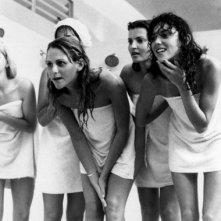 Kaki Hunter e le sue compagne di classe fanno una curiosa 'scoperta' nello spogliatoio femminile, in una scena di Porky's