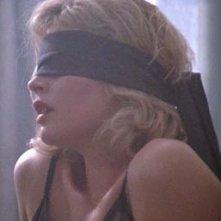 Kim Basinger bendata in una scena di Nove settimane e mezzo