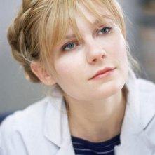 Kirsten Dunst nei panni della dolce infermiera Mary in Se mi lasci ti cancello