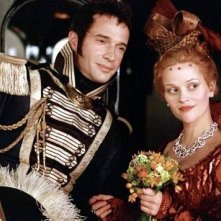 La Witherspoon con James Purefoy in una scena di Vanity Fair